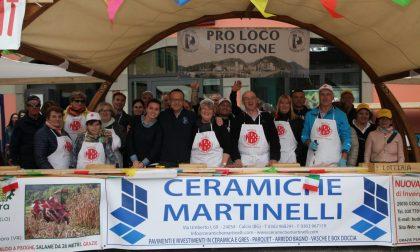 Salame record di 26 metri tagliato a Pasquetta in piazza FOTO