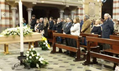 Funerali Alessandro Fiori centinaia di amici per l'ultimo saluto