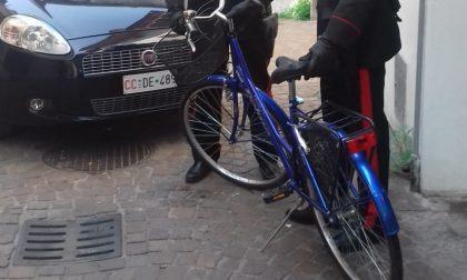 Ruba la bici a un'anziana, 60enne denunciato