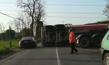 Camion ribaltato a Cavernago grave l'autista traffico in tilt
