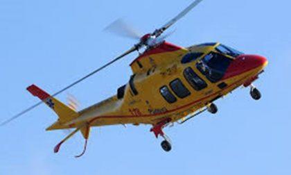 Auto ribaltata in via Provinciale, ferite madre e figlia arriva anche l'elisoccorso