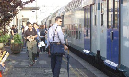 Il treno si ferma in stazione ma i pendolari restano sulla banchina