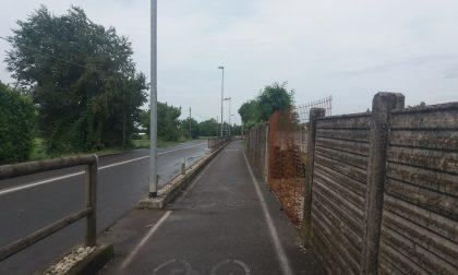 Auto contro staccionata e muro di cemento FOTO