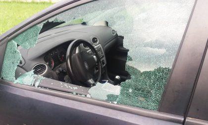 Rompono il finestrino dell'auto e rubano il portafogli in pieno giorno