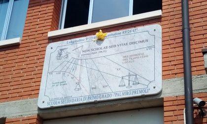 Orologio solare sulla scuola media, l'astronomia conquista i ragazzi