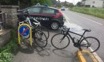 Ubriaco investe ciclisti e si dà alla fuga, denunciato
