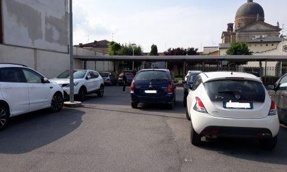 Ingorgo al parcheggio, macchina blocca l'uscita