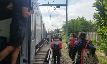 Treno frena lungo, pendolari a piedi lungo i binari FOTO