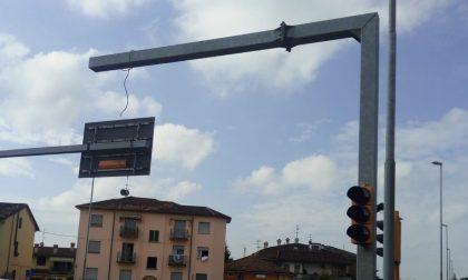 Semaforo abbattuto in via Bergamo