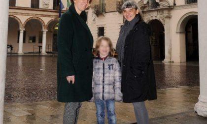 Famiglie Arcobaleno sul Totem del Comune di Crema contro le discriminazioni