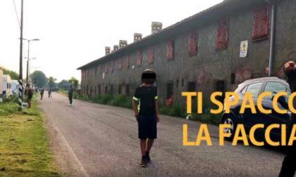 Visita il campo nomadi tra Cusago e Milano: minacce e spintoni VIDEO