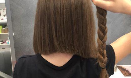 Si taglia i capelli per donarli ai malati, a soli 11 anni