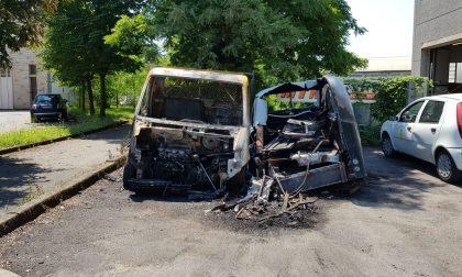 Incendio doloso, brucia un carro funebre storico FOTO