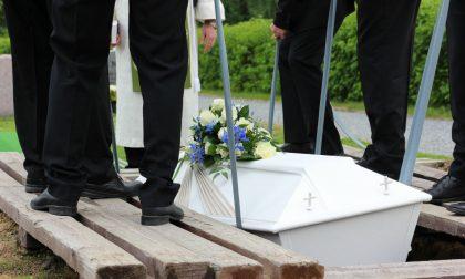 Morta in piscina, sospetto omicidio: funerali tesi e frasi pesanti