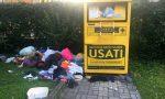 Abiti e scarpe abbandonati accanto al cassone della Caritas. E il Comune lo riposiziona