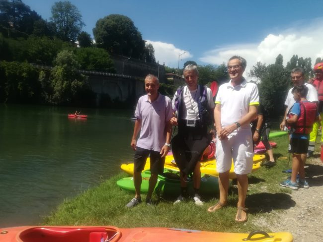 Canonica in canoa: tutti a bordo per scoprire il paese dal fiume FOTO VIDEO