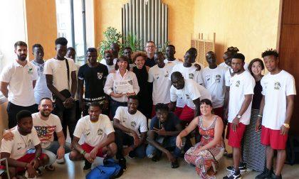 Attestato ai 25 richiedenti asilo per il loro impegno alle piscine