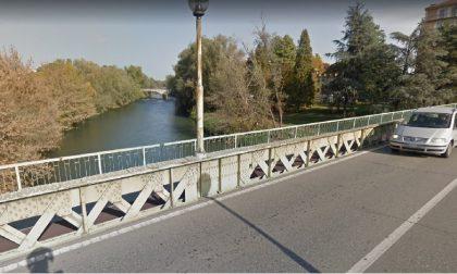 Vuole buttarsi dal ponte, giovane salvato dai passanti
