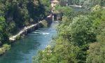 Rischia di annegare nel fiume, salvato dai passanti