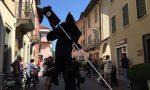 Uno strano funerale sui trampoli in centro a Treviglio VIDEO