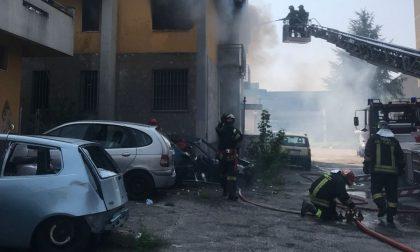 Incendio alla torre Anna di Zingonia: bruciano ancora i rifiuti