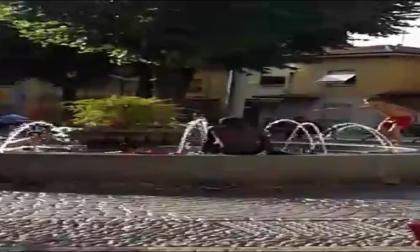 """Bagno nella fontana a Ciserano, ma il sindaco """"smonta"""" gli indignati"""