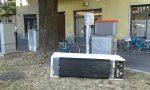 Rifiuti abbandonati in via Cavour spunta anche un frigorifero