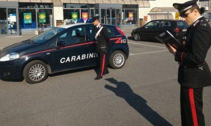 Trova denaro e lo consegna ai carabinieri, si cerca il proprietario