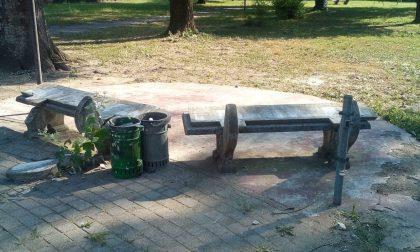 Vandali scatenati fanno a pezzi panchine e tavole di cemento