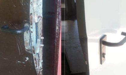 Vandali al parco danneggiano le porte della casetta FOTO