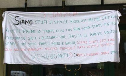 """""""Siamo umani, non schiavi"""": profughi protestano contro l'hotel"""
