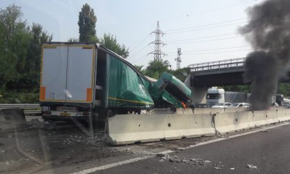 Tir si schianta in autostrada, traffico in tilt sulla A4