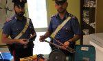 Bucano il soffitto per rubare cosmetici, un arresto dopo inseguimento da film