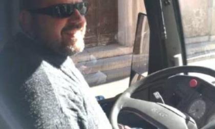Rinuncia al mensile si mette al volante: don Massimo diventa un prete-autista