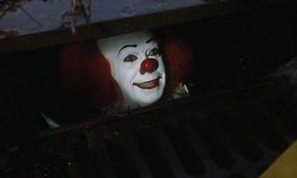 Come IT: clown armato di coltello scatena il panico agli incroci