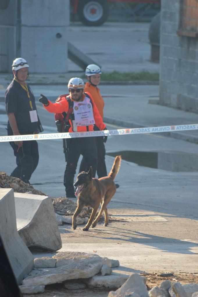 Andrea Galimberti e il cane da soccorso Hacker Caravaggio