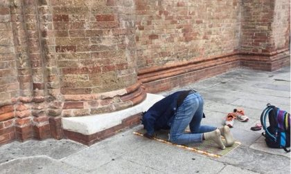 Musulmano in preghiera davanti al Duomo di Crema