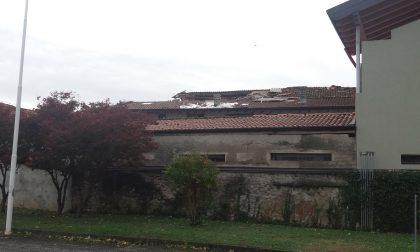 Maltempo Bassa   Mornico colpito dal vento, lamiere e coppi in strada FOTO