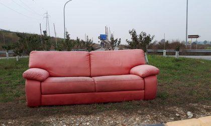 Sulla Paullese spunta il divano delle lucciole