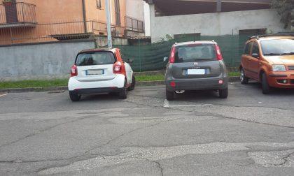 A Pontirolo è scoppiata la guerra dei parcheggi a colpi di... foto