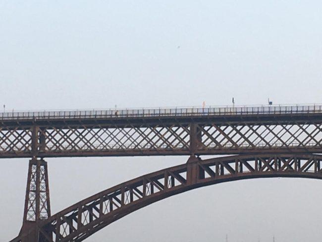 Ponte di Paderno chiuso, ma la gente scavalca e passa lo stesso IL VIDEO