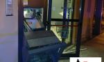 Esplosione in piena notte, e i ladri scappano con i soldi del bancomat