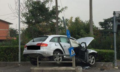 """Schianto sulla Provinciale e l'auto """"decolla"""" sulla ciclabile: due feriti FOTO"""