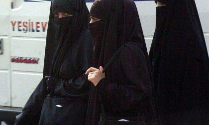 """""""No al velo islamico se rende irriconoscibili le madri al ritiro dei figli da scuola"""""""