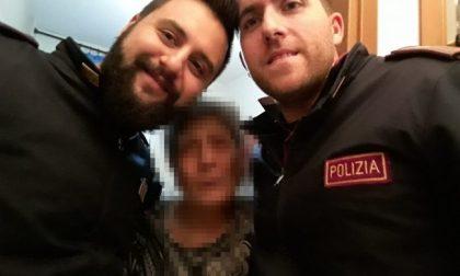 Anziana sola chiama la polizia: due agenti le fanno compagnia per un tè
