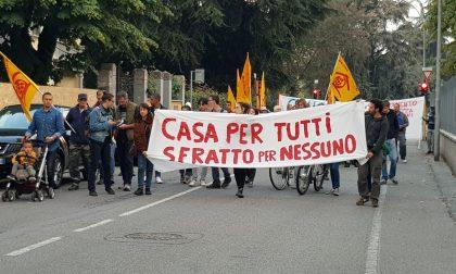 Sfratti, un corteo di protesta per le vie della città FOTO
