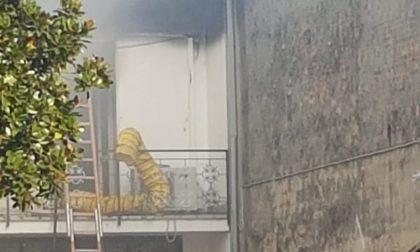 In fiamme il tetto di un'abitazione, arrivano i pompieri