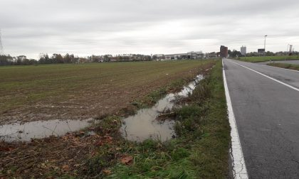 Fossato pieno, strada allagata tra Mozzanica e Bariano FOTO