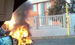 Auto in fiamme in via Basella, arrivano i pompieri