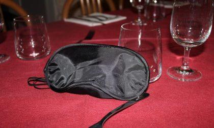 Una cena al buio nei panni di un non vedente